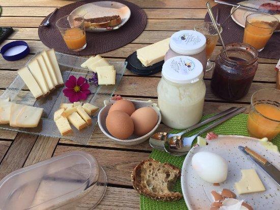 Montbovon, سويسرا: petit déjeuné sur la terrasse tout y est et de bons produits.