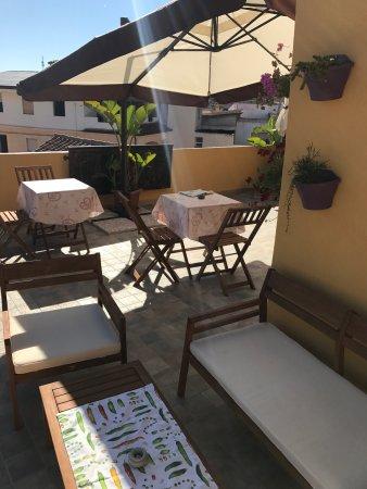 B&B Franzisca: Qua si vede bene la terrazza dove è proprio carino fare colazione, il buffet e i bagni delle tre