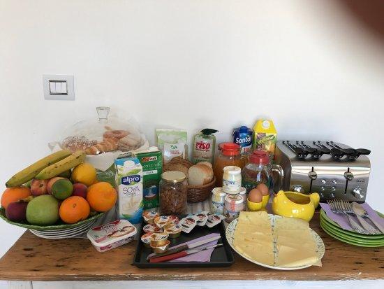 Torpe, อิตาลี: Qua si vede bene la terrazza dove è proprio carino fare colazione, il buffet e i bagni delle tre