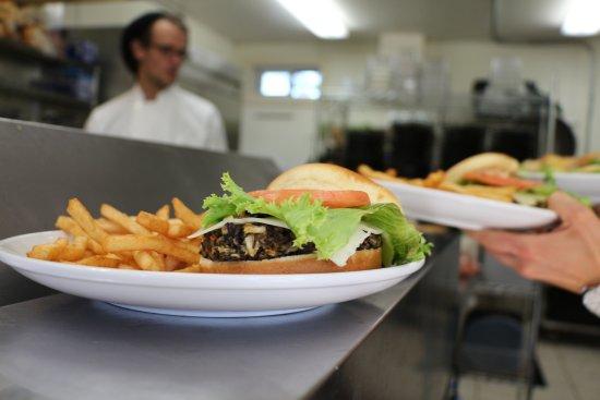 Knife River, MN: Emily's Eatery - Burger