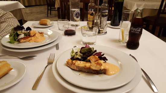Gran Hotel Alange: Salmón a la plancha con mayonesa del piquillo (plato del menú cena)