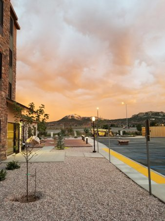 Gallup, Nuovo Messico: Our beautiful patio with a sunset mountain view
