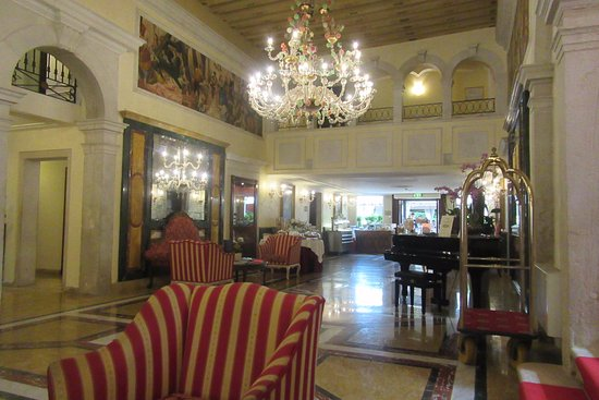 Grand Hotel Dei Dogi: Another view of the lobby