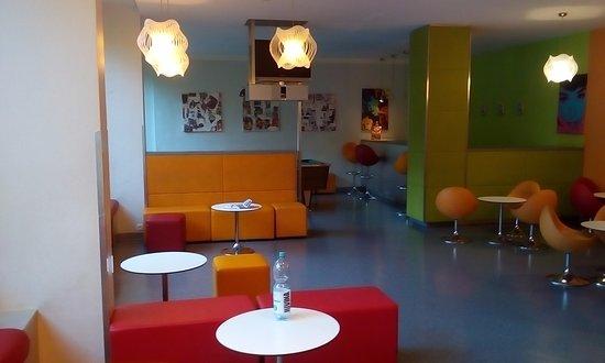 Hostel Hutteldorf: レセプション横のラウンジ。
