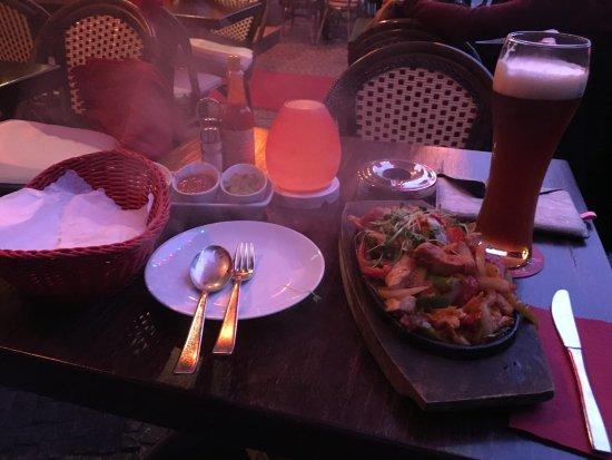 Que Pasa: Kommt richtig heiß und mit deri Saucen auf den Tisch: Fajitas