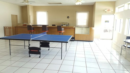 Parkway Inn Airport Motel: ping pong table