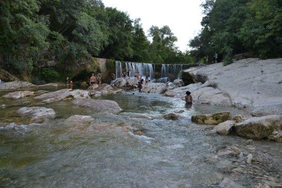 Saint-Laurent-le-Minier, فرنسا: La cascade et les cours d'eau