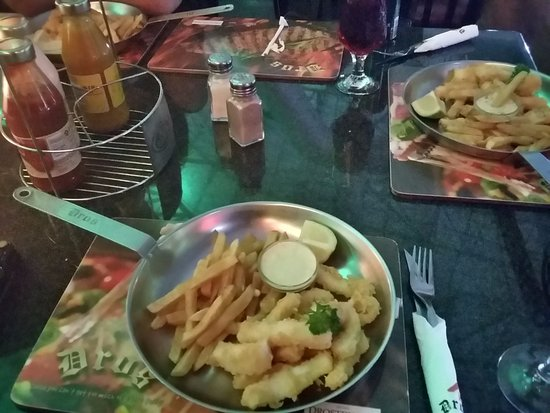 Dros Restaurant and Wine Cellar: ...dinner is served Calamari special!