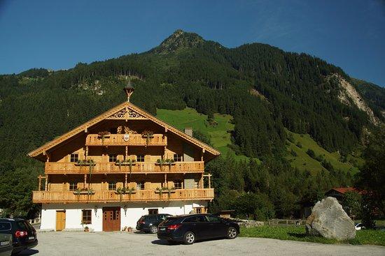 Gasthof alt Ginzling: l'hôtel et la montagne au dos