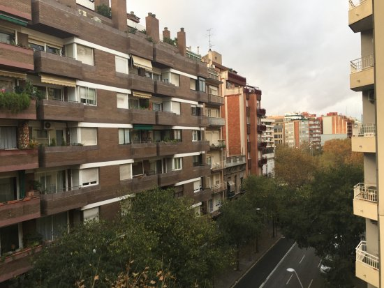 Up Suites Bcn: View to the main street