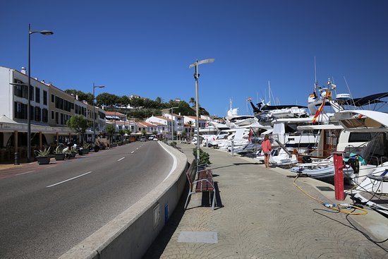 Hotel Port Mahon: Marina view, walking away from hotel