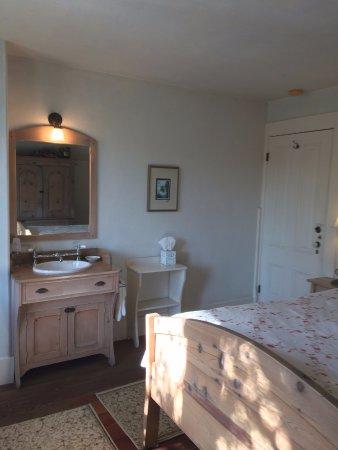 Squibb Houses: Squibb House Village Room en suite sink