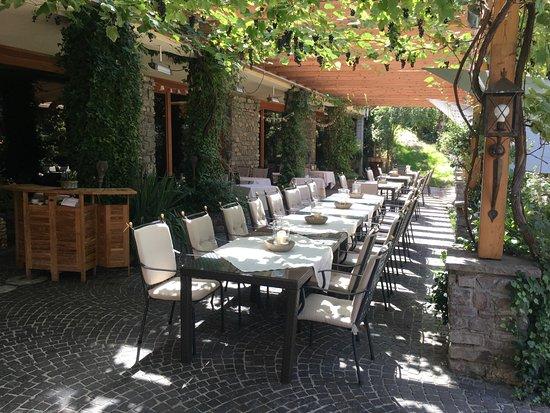 Aktiv & Spa Hotel Alpenrose: Mahlzeit unter der Rebenpergola