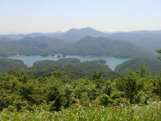 Kitahiroshima-cho, Japonia: 頂上から見る聖湖と西中国山地の山々