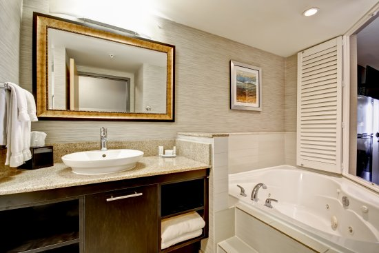 Fairfield Inn & Suites by Marriott - Guelph: Spa King Suite Jacuzzi Tub