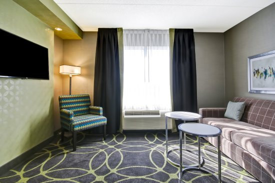 Fairfield Inn & Suites by Marriott - Guelph: Two Queen Suite Living Room