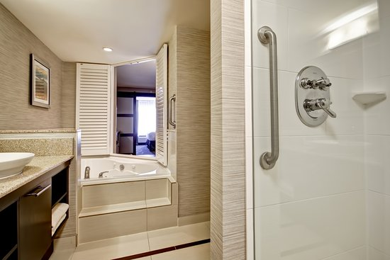Fairfield Inn & Suites by Marriott - Guelph: Spa King Suite Bathroom