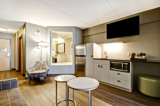 Fairfield Inn & Suites by Marriott - Guelph: Spa King Suite Living Room