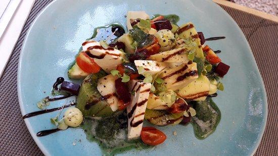 Gaia: salade du chef (féta, kiwi, tomate, betterave... et surtout glace basilic)