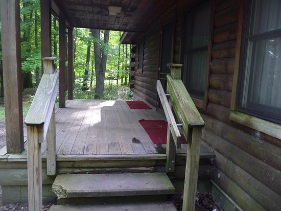 Pymatuning State Park: Up the front steps of Cabin 15