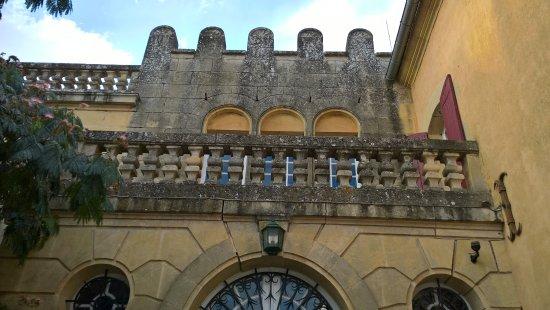 Chateau Mont-d'Onel: La façade de l'entrée du château-manoir