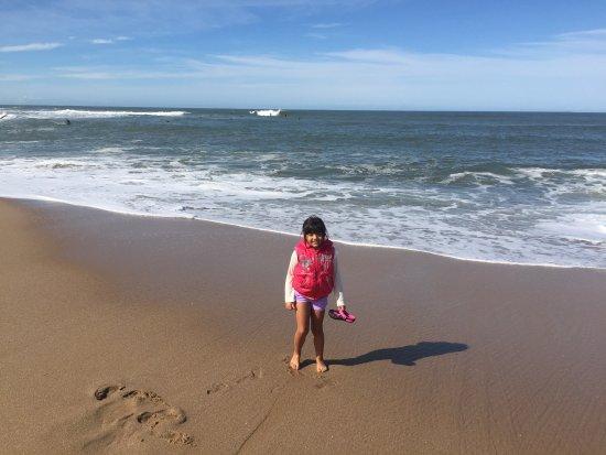 Manantiales, Uruguay: Mi hija caminando en la playa.