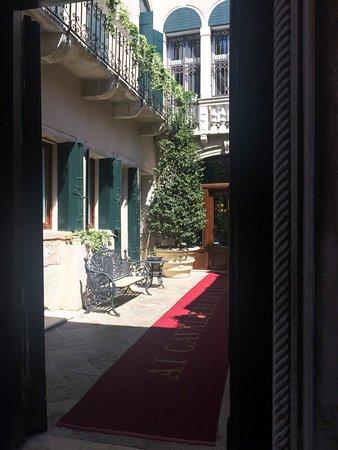 """Hotel Ai Cavalieri di Venezia: Вход в отель """"с суши""""!"""