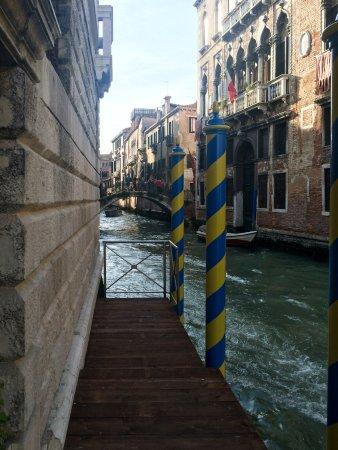 "Hotel Ai Cavalieri di Venezia: Пристань отеля - вход ""с воды""!"