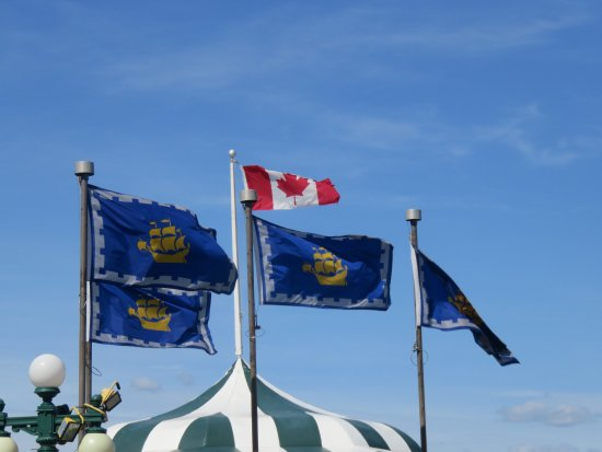 Terrasse Dufferin : Flags flying furiously