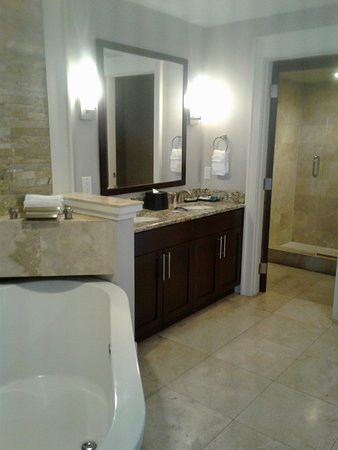 Bluegreen Fountains Resort: Master Bath