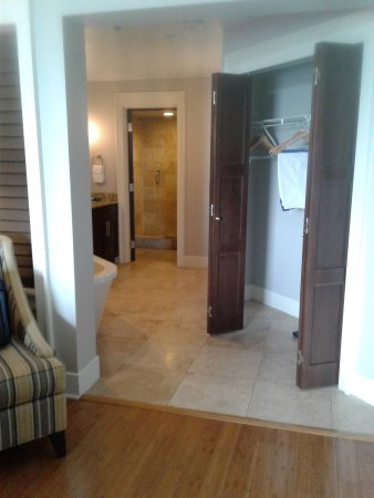 Bluegreen Fountains Resort: Entrance to Master Bed Bath
