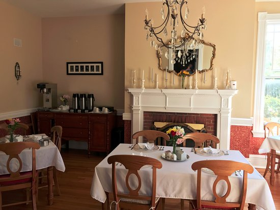 Hummingbird Inn: Dining room with working fireplace and plenty of Rise-Up Coffee and selection of Tea's.