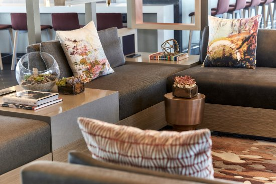 Los Angeles Airport Marriott: Stylish décor and comfortable seating  make our Los Angeles hotel's M Club a relaxing refuge.
