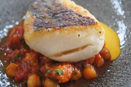 Harry's Shack: le poisson avec une sauce à l'ail et des légumes type tajine