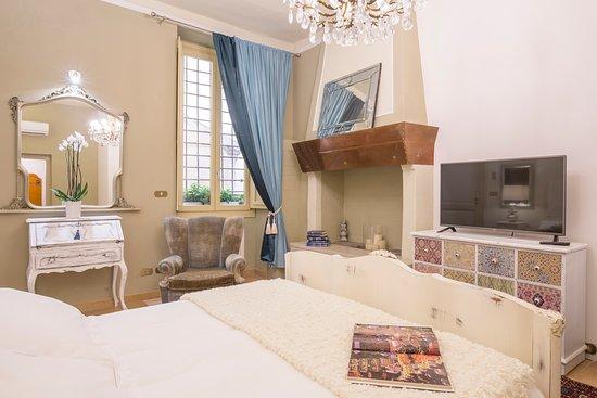 Corte Realdi Luxury Rooms Verona: La Otto King Room and its Antique Chimney