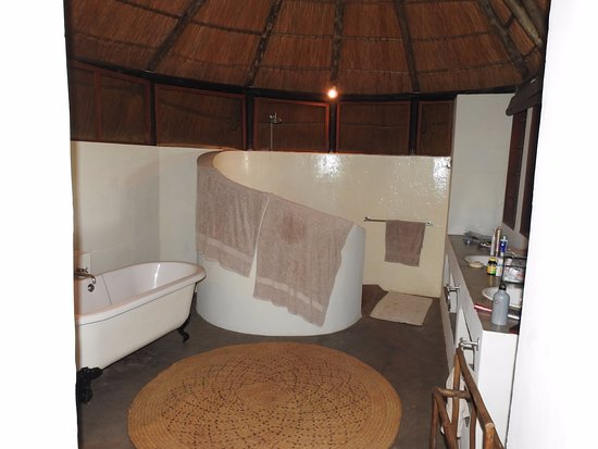 Luangwa River Camp: Shower and tub.