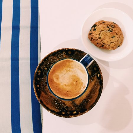 D'eti Coffee And Cake: Café con leche y una galleta