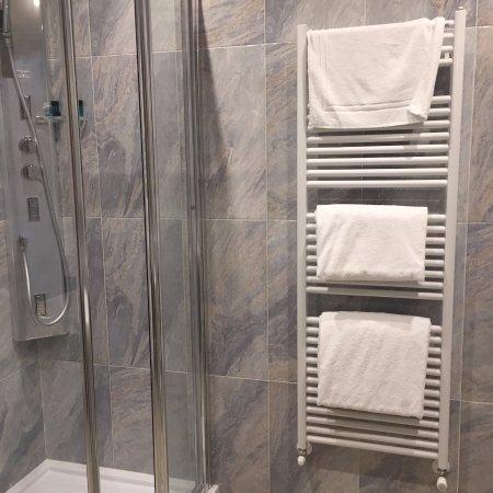 Alla Torre: Otra vista del baño, siempre limpio y amplio
