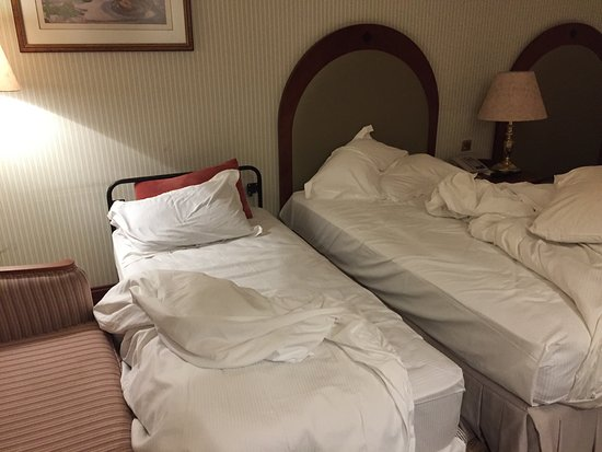 Madinah Hilton: Hilton Madinah is a disaster! Check-in took +/-45 minutes. After check in.below is my new room.h