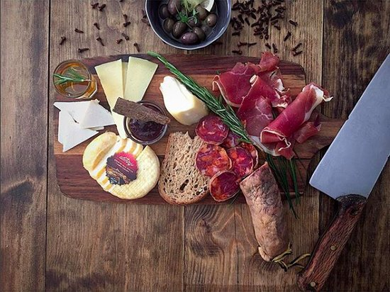 Frei Contente : mix board of portuguese cheeses and sausages