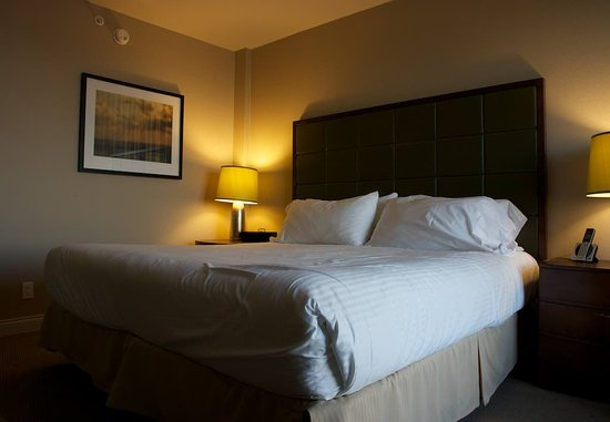 Pacific Gateway Hotel at Vancouver Airport: King-sized bed