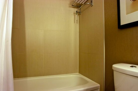Pacific Gateway Hotel at Vancouver Airport: Old bathroom, but it was very clean