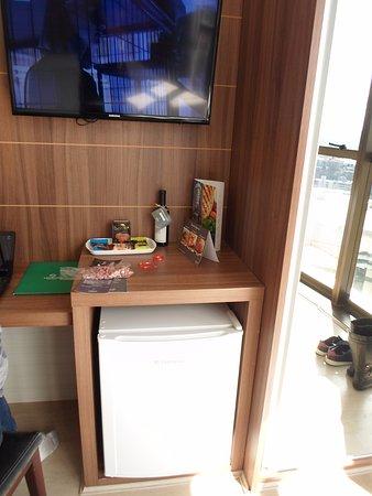 Hotel Laghetto Viverone Bento Goncalves: Bom espaço para trabalho e TV.