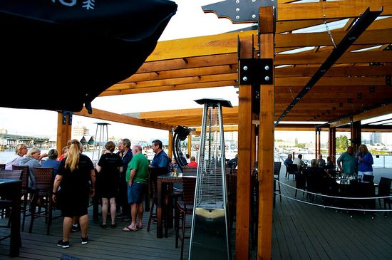 Pacific Gateway Hotel at Vancouver Airport: Big over water patio deck in Pier 73 restaurant
