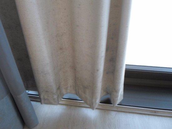 Hotel Laghetto Viverone Bento Goncalves: Mofo na cortina do quarto.
