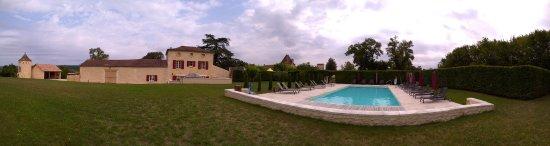 Couze-et-Saint-Front, Γαλλία: On aperçoit 2 gîtes derrière la piscine, chauffée !