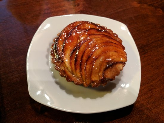 Karen Donatelli Bakery and Cafe: Yummy apple tart.