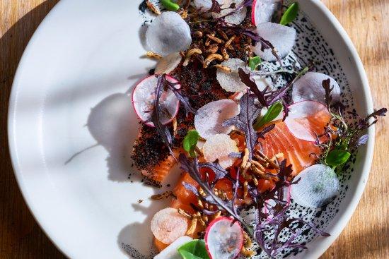Collingwood, Australien: Soy Cured Salmon, skin ash, pickled edamame, pear seaweed - Travis Goodlet
