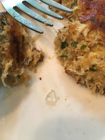 Albion, Нью-Йорк: Glass shard found in Crab Cakes taken home after dinner.