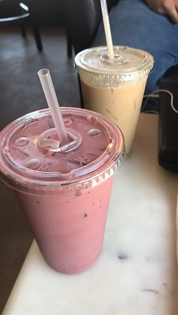 Castro Valley, CA: Pink chai and regular! Both delicious!